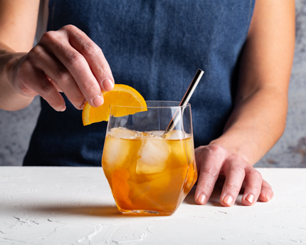 Cocktail au whisky et gingembre avec tranches d'orange