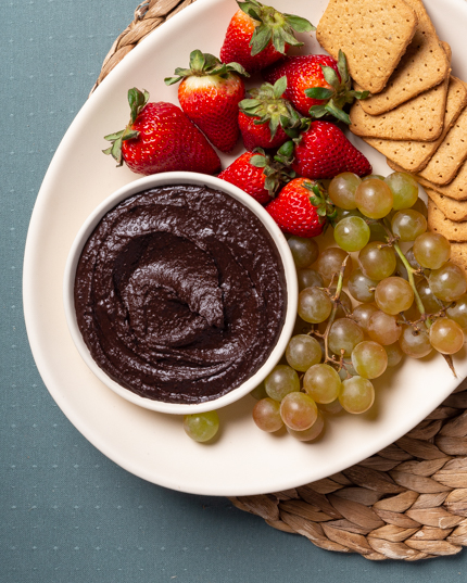 Biscuits Graham, fruits et un bol de houmous au chocolat>